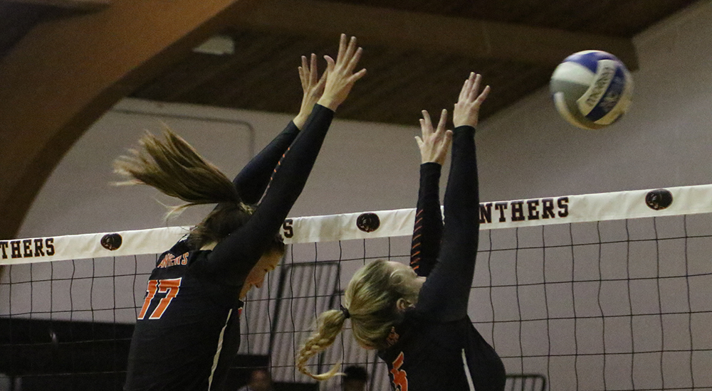 Women's volleyball picks up two conference wins