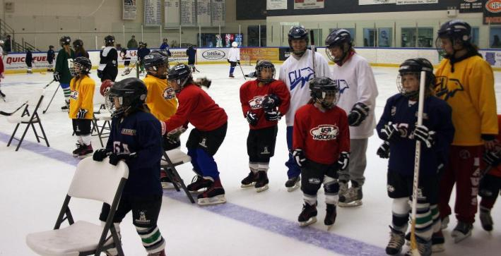 Women's Hockey participates in Girls Play Hockey event