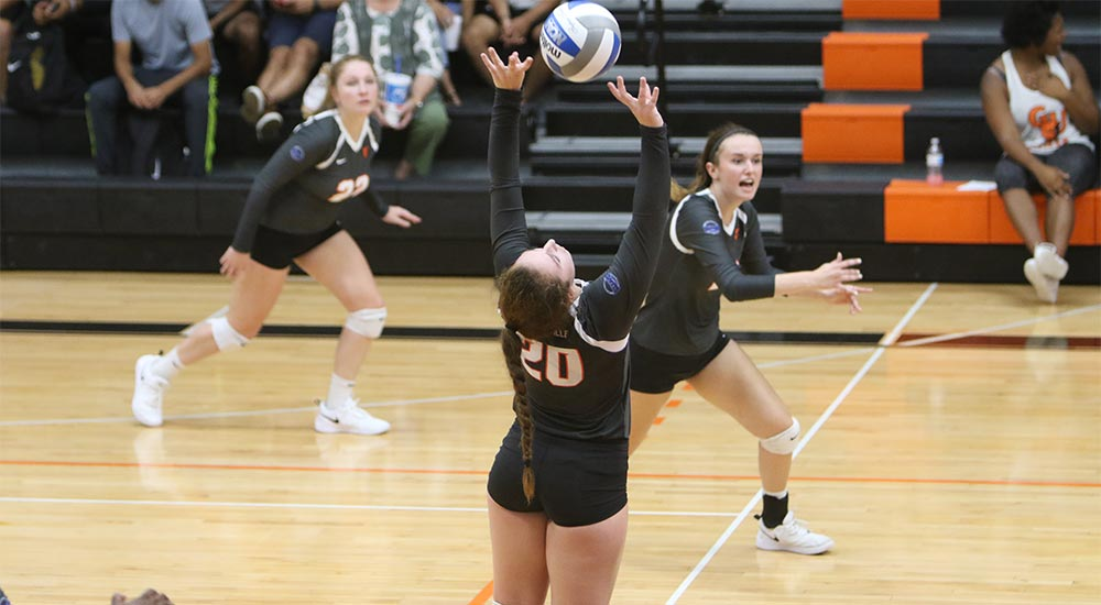 Women's volleyball routs Westminster and St. Mary-of-the-Woods
