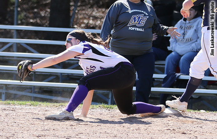 Softball loses at Stonehill, 3-1, to begin three-game weekend series