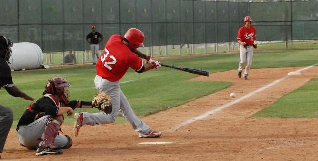 Alex Mascarenas drives this pitch through the right side to score Nestor Linares from third, giving the Dons a 3-2 walk-off win.