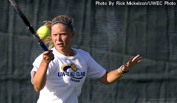 Women's Tennis Splits Two Home Contests