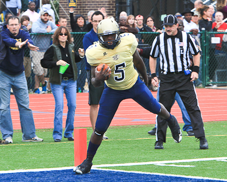 Gallaudet quarterback Quentin Williams scores one of his two touchdowns