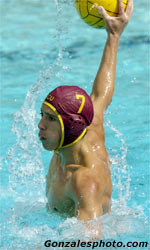 Flanagan-De La Hoz Leads Men's Water Polo to Victory