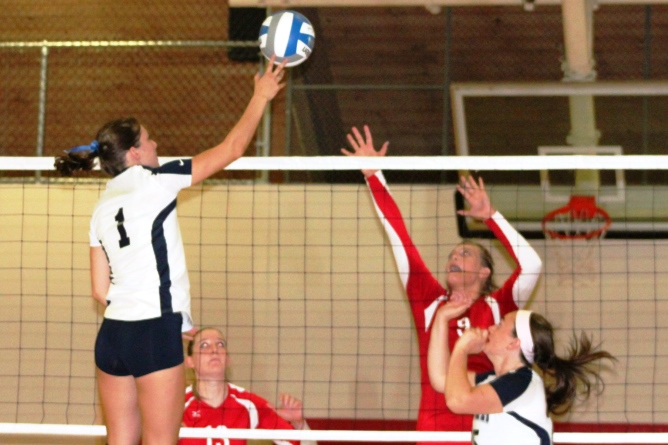 Women's Volleyball splits season opening games at Pride Invite