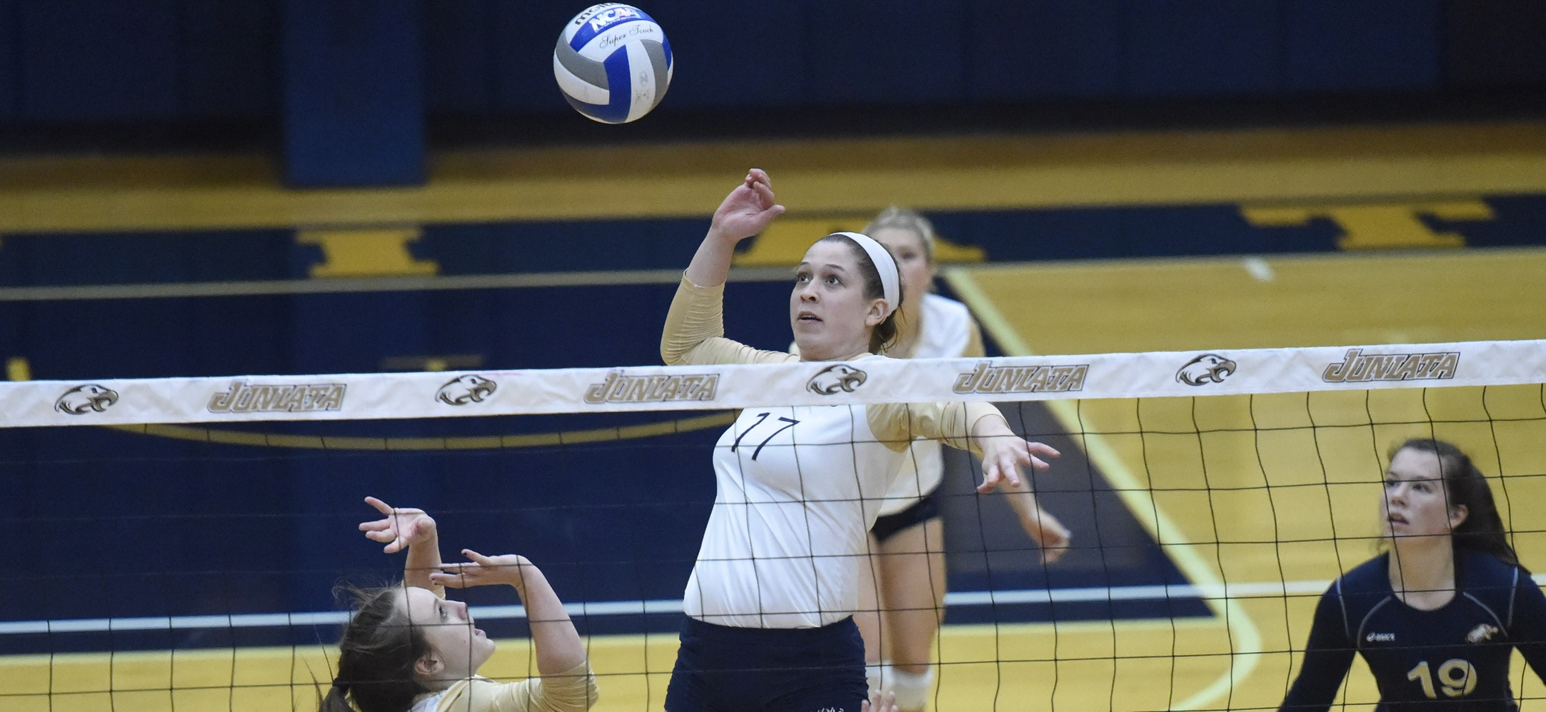Women's Volleyball Outlasts #6 Carnegie Mellon in Five