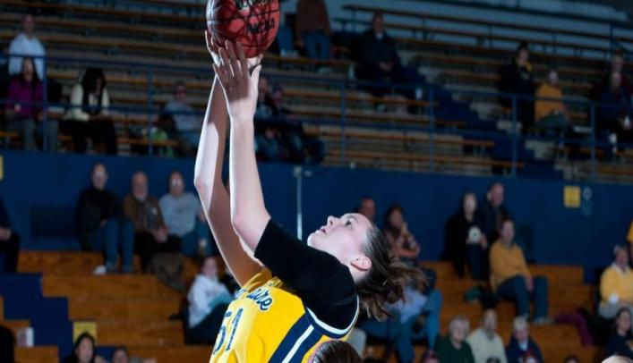 Women's Basketball Stays Unbeaten in WIAC with Win over UW-Stout
