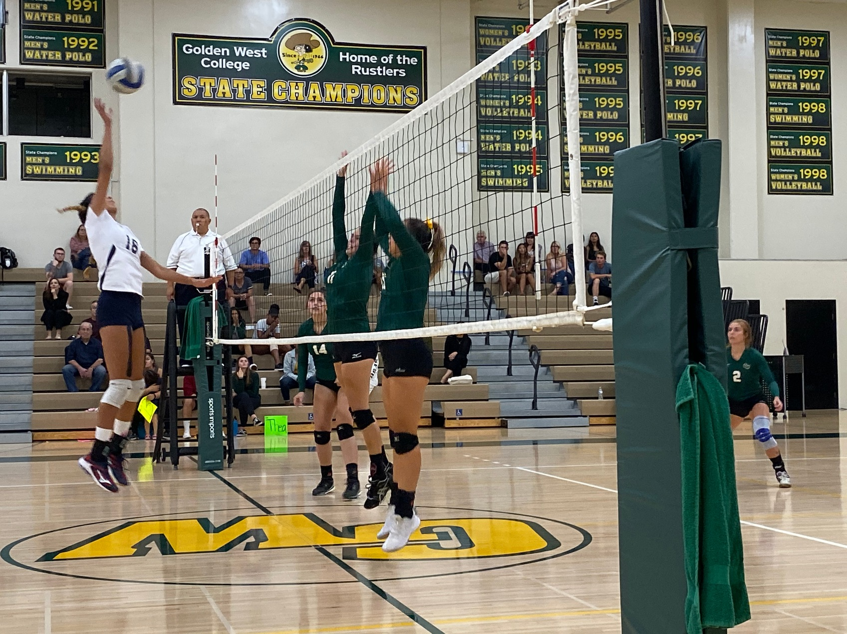W Volleyball: Falls in Three Sets to Pirates