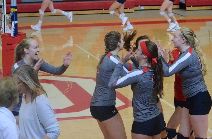 Women's volleyball team loses five-set thriller to #25 Hope