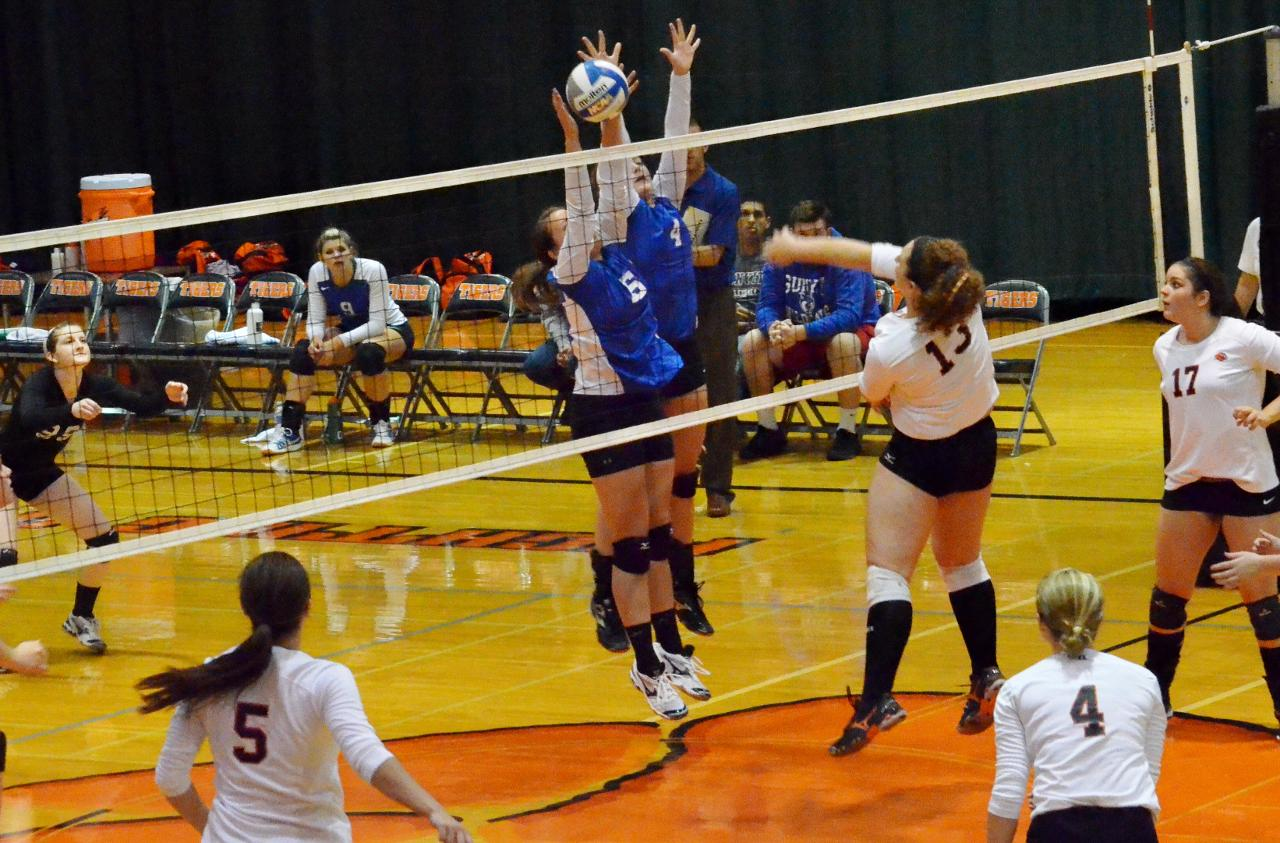 Wildcats Battle to Four-Set Loss at Hamilton