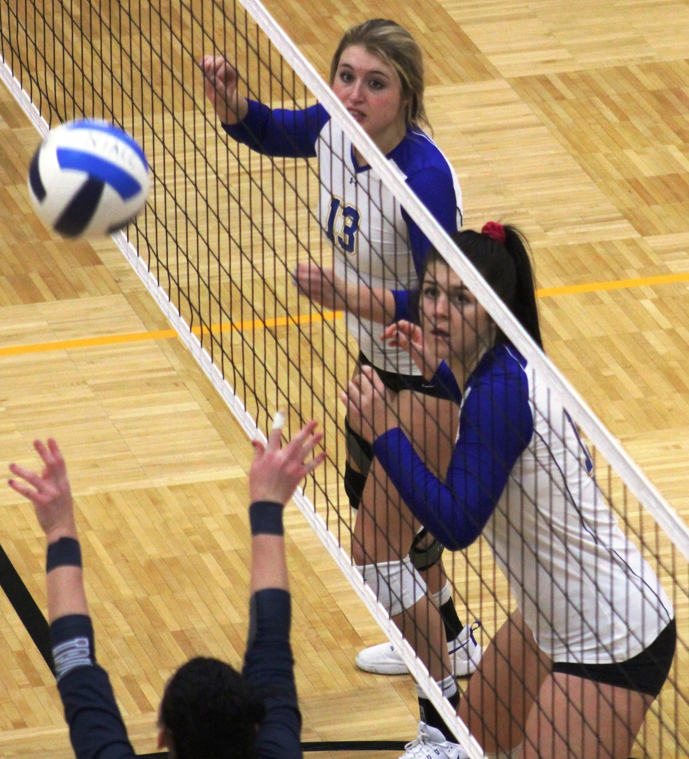 NIACC's Jamie Brenner (13) and Braylee Wood get ready for the block.