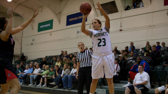 GENNETT LEADS WOMEN'S BASKETBALL TO 92-71 WIN OVER CAL STATE NORTHRIDGE