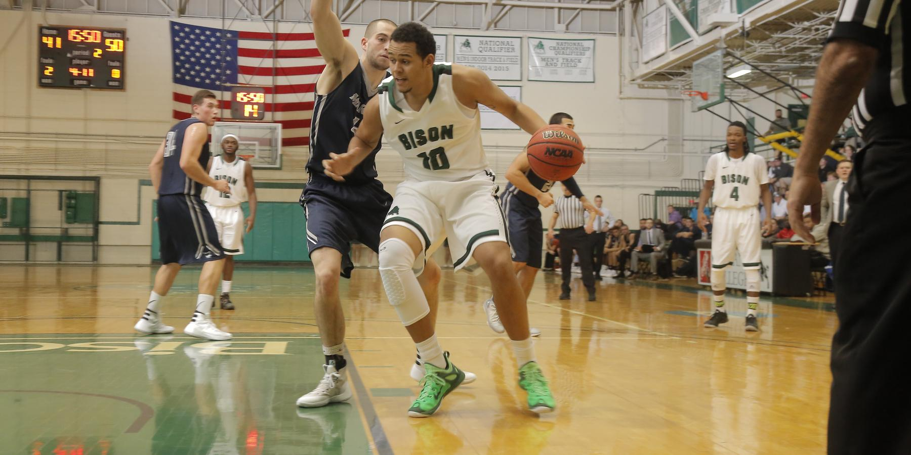 Men's Basketball storms back to defeat Grove City 74-66