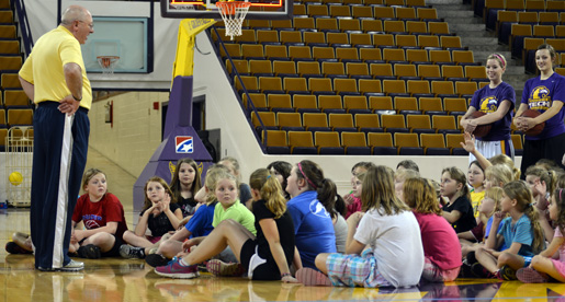 Women's Basketball hosts local Girl Scouts
