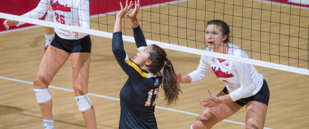 Volleyball Sweeps UMass Lowell, Remains Atop America East Standings