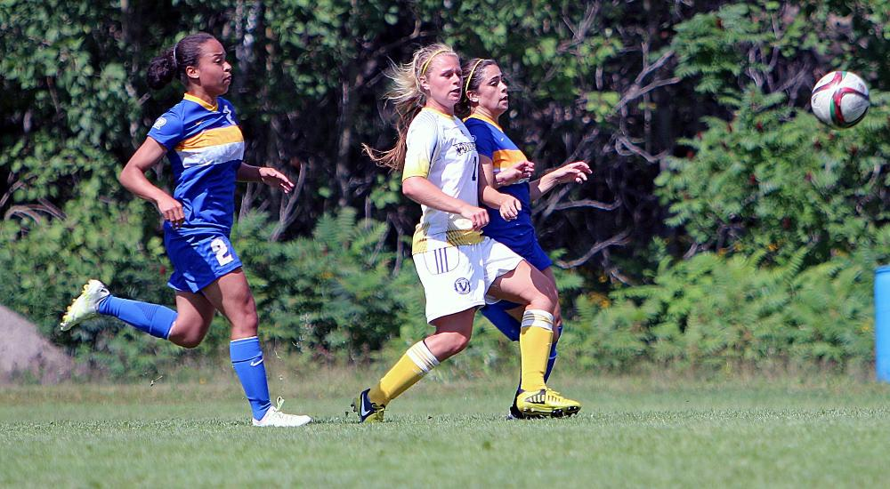 WSOC | Voyageurs Fall to Queen's, Still Searching for First Win