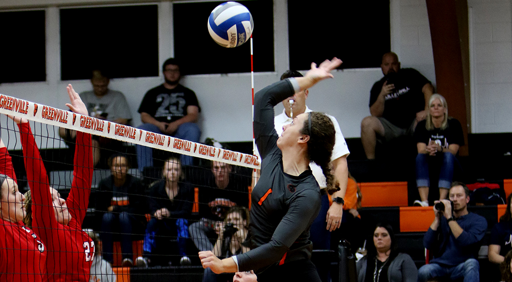 Women's volleyball splits day one at Benedictine