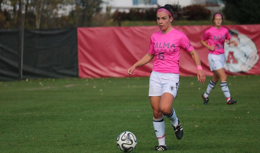 Women's soccer falls to Olivet on Pink Day