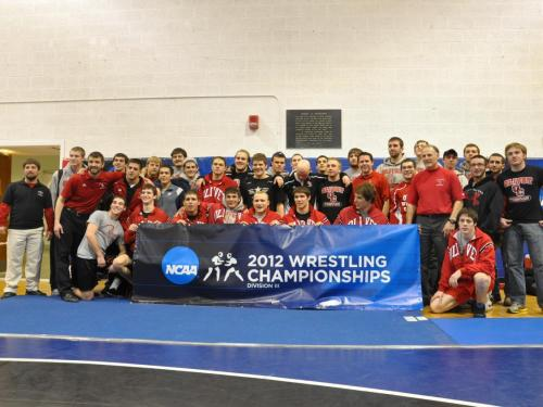 Wrestling team wins Midwest Regional title, qualifies five for DIII National Championships