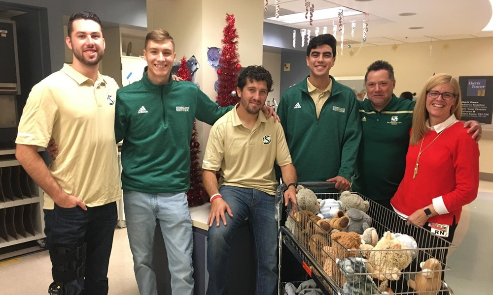 MEN'S SOCCER ATTENDS 17TH ANNUAL UC DAVIS CHILDREN'S HOSPITAL HOLIDAY VISIT