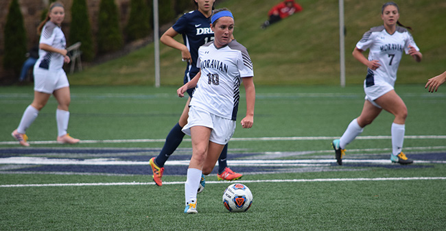 Oonagh Breen '21 dribbles the ball downfield versus Drew University.