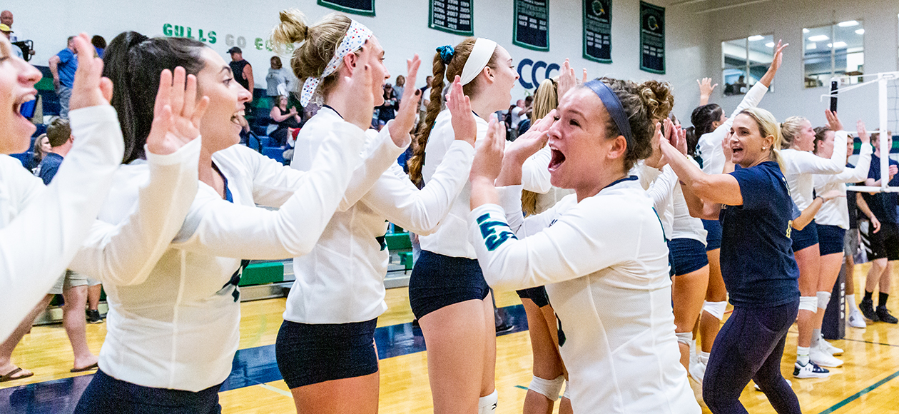 Women's Volleyball Sweeps Salve Regina, 3-0