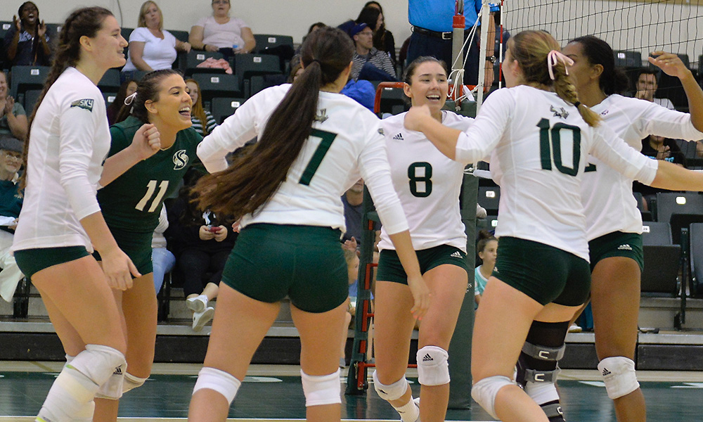 VOLLEYBALL WINS THIRD STRAIGHT, BEATS NORTHERN ARIZONA IN FIVE SETS