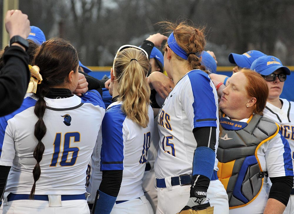 Softball Wins Eight Straight with Sweep of Fitchburg State; Clinch At least a Share of MASCAC Title
