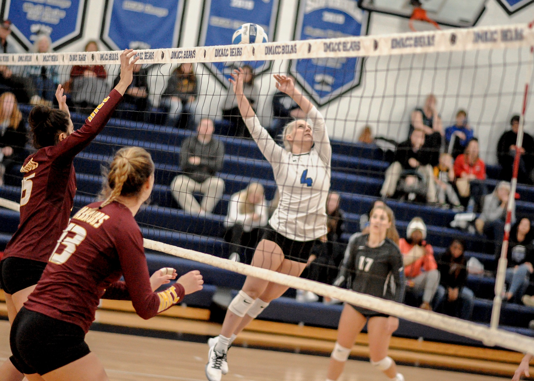 DMACC volleyball team falls to Kirkwood CC in regional play
