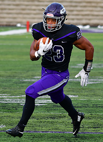 Alex Peete on his way to the end zone for UW-Whitewater. (Photo by Steve Frommell, d3photography.com)