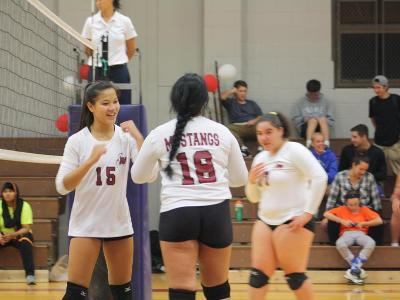 Women's Volleyball: Win second round of playoffs