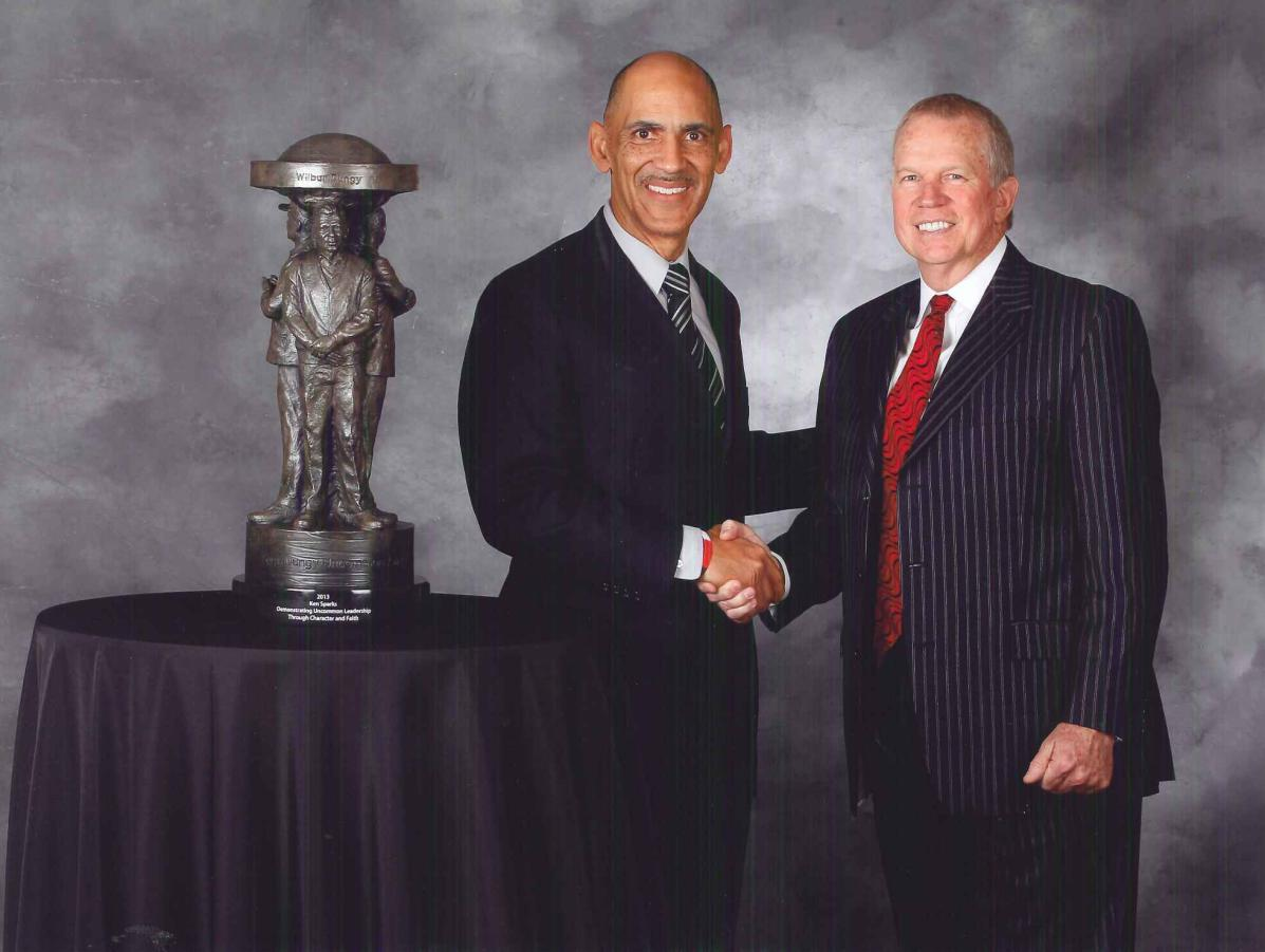 Dungy honors Sparks with Uncommon Award