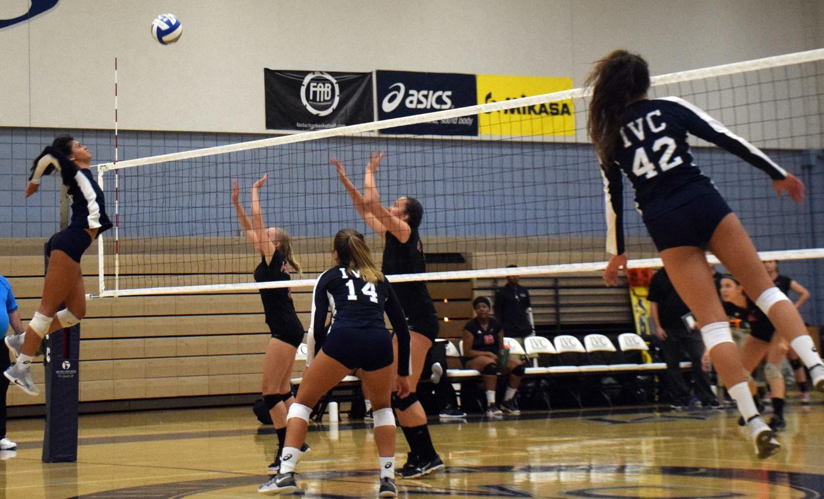 Women's volleyball team wins sixth straight, OEC play up next