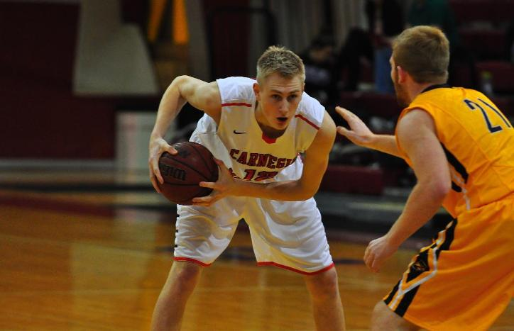 Men's Basketball Falls in Closing Seconds at Chicago