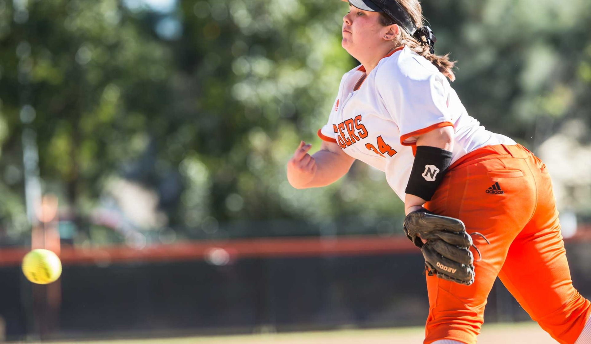 Oxy Softball Sweeps First-Place Pomona