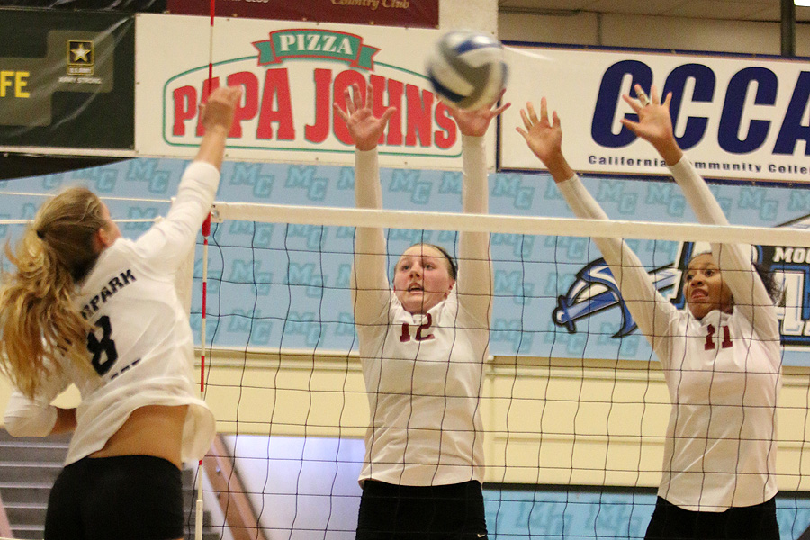 Women's Volleyball Splits At Moorpark Quad