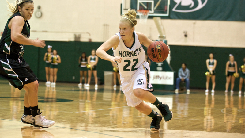Women's Basketball Hangs on to Defeat UND
