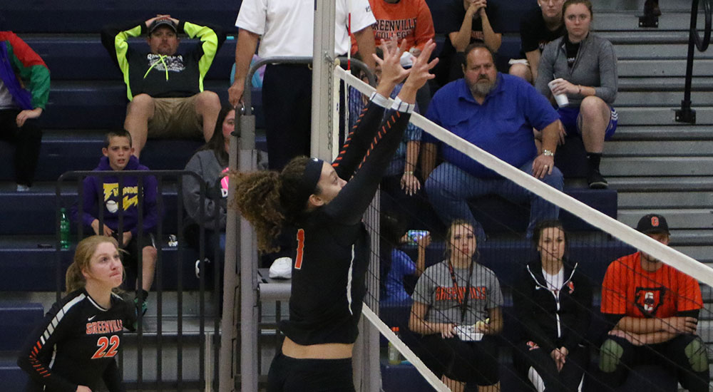 Women's volleyball splits final matches at Illinois College