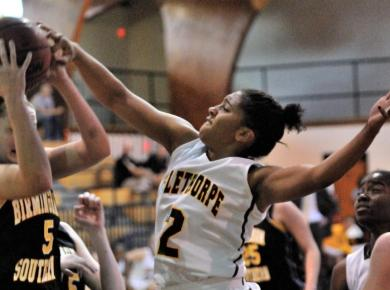 Lady Petrels Lose Lead, Game at Centre