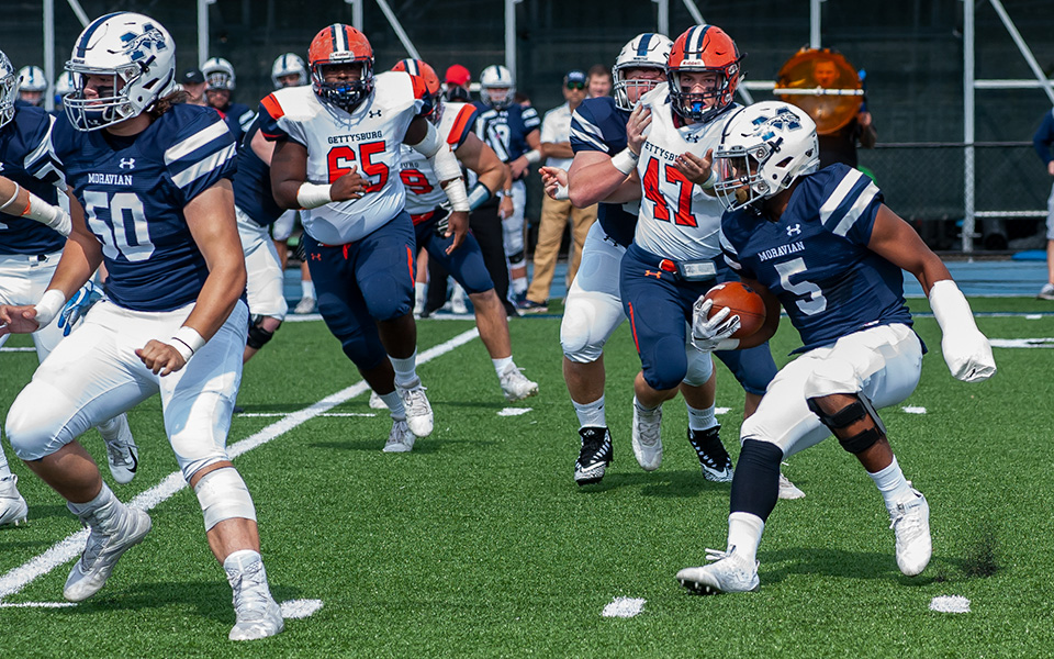 Running back Roberto Diez looks for a hole during a game versus Gettysburg College at Rocco Clavo Field in 2018.