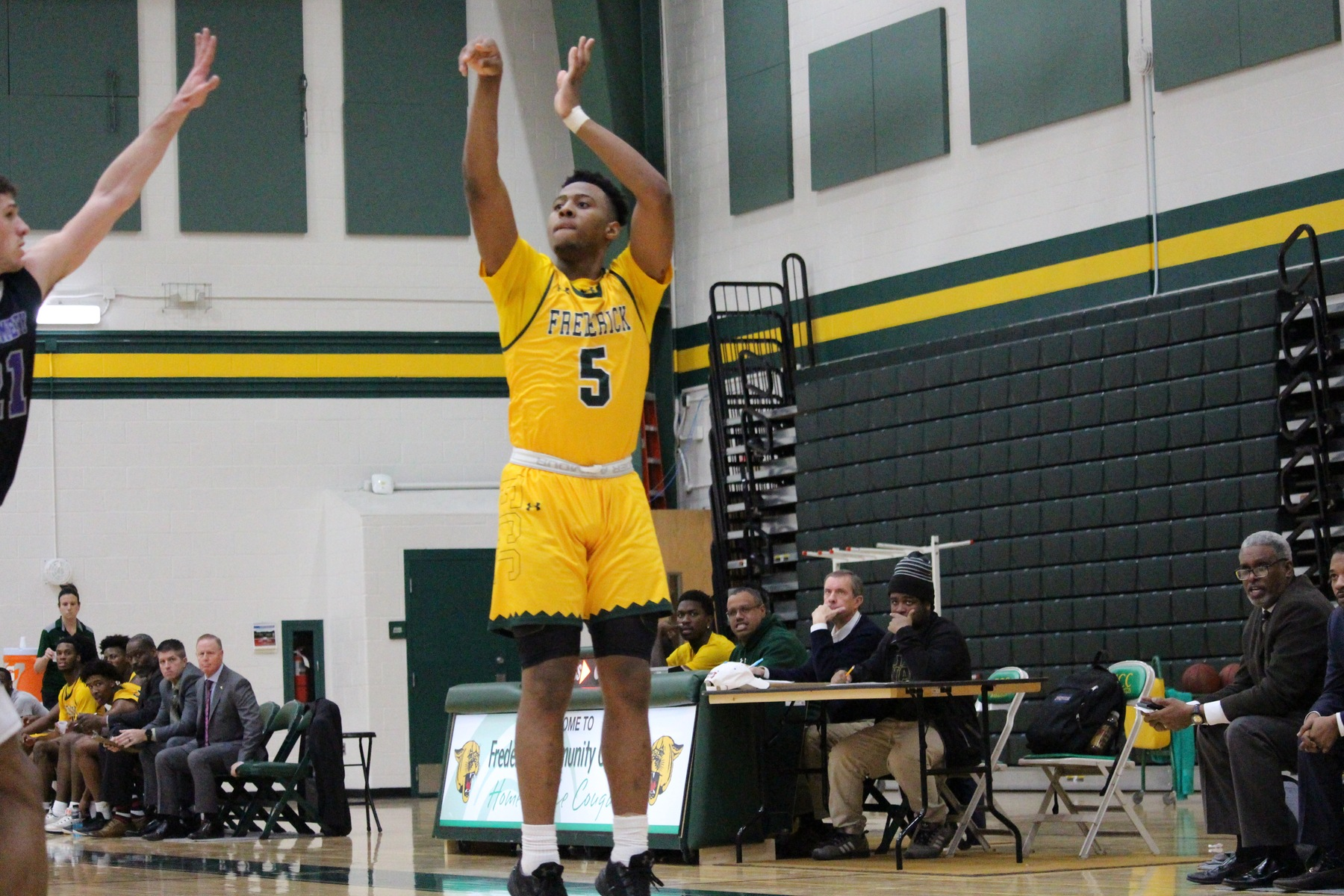#16 FCC men's basketball cruises to victory over Raptors