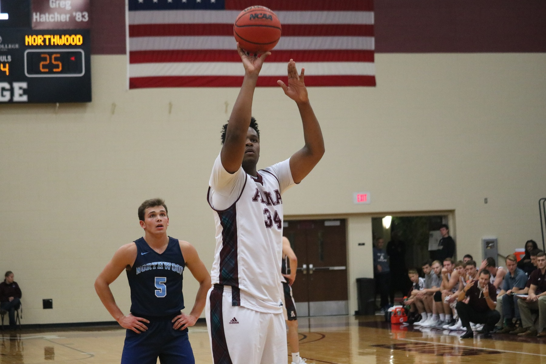 Men's basketball falls at Elmhurst, 92-75