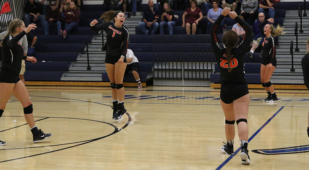 Women's volleyball takes two more SLIAC wins