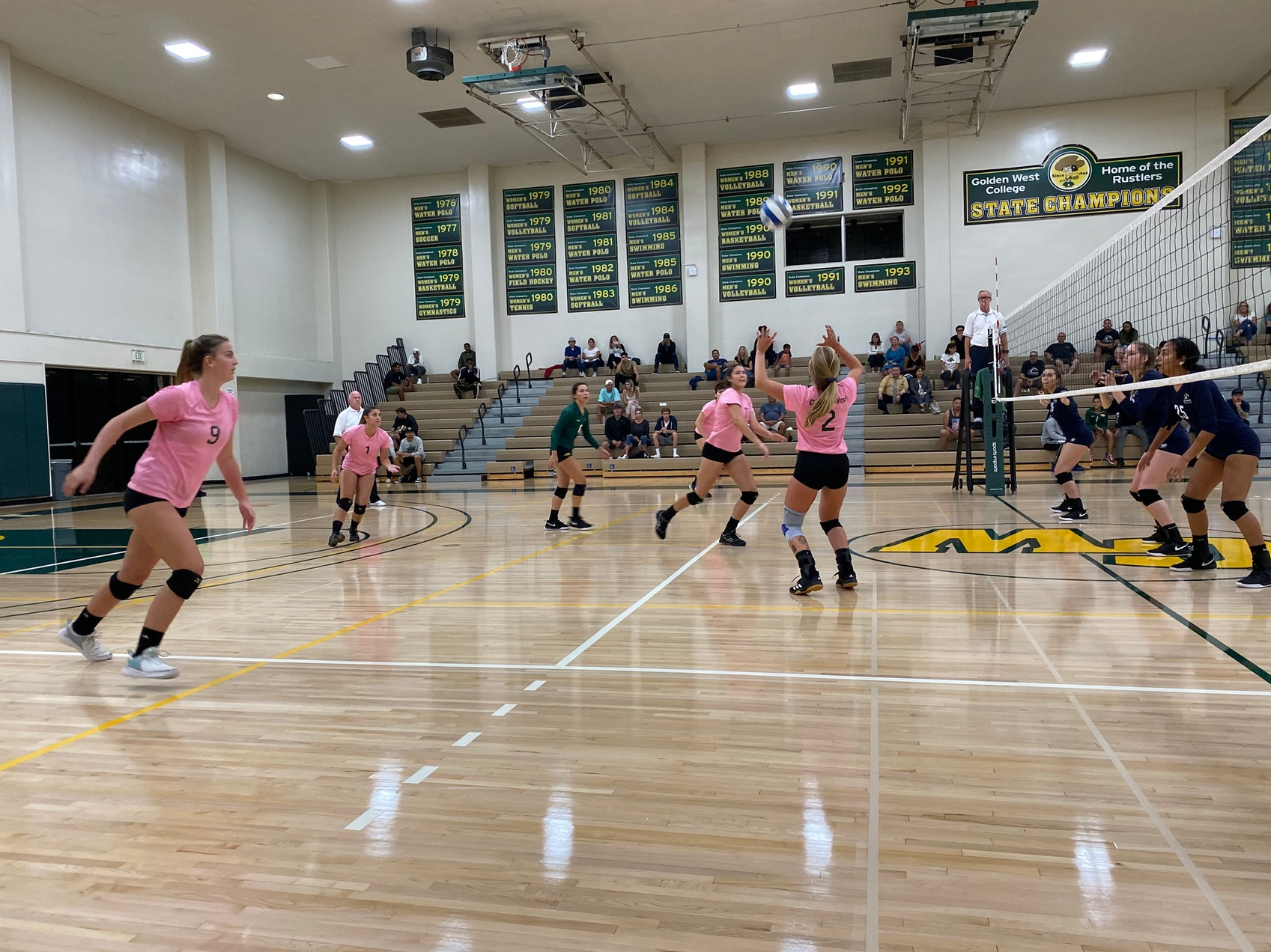 W Volleyball: Botana and Emil Record 12 Kills Each in Big Win