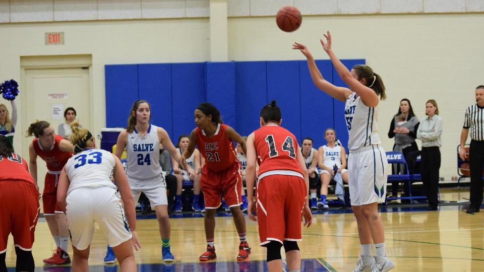 Jillian Woodward made all eight of her free-throw attempts while scoring a team-high 16 points. (Photo by Carly Hall)
