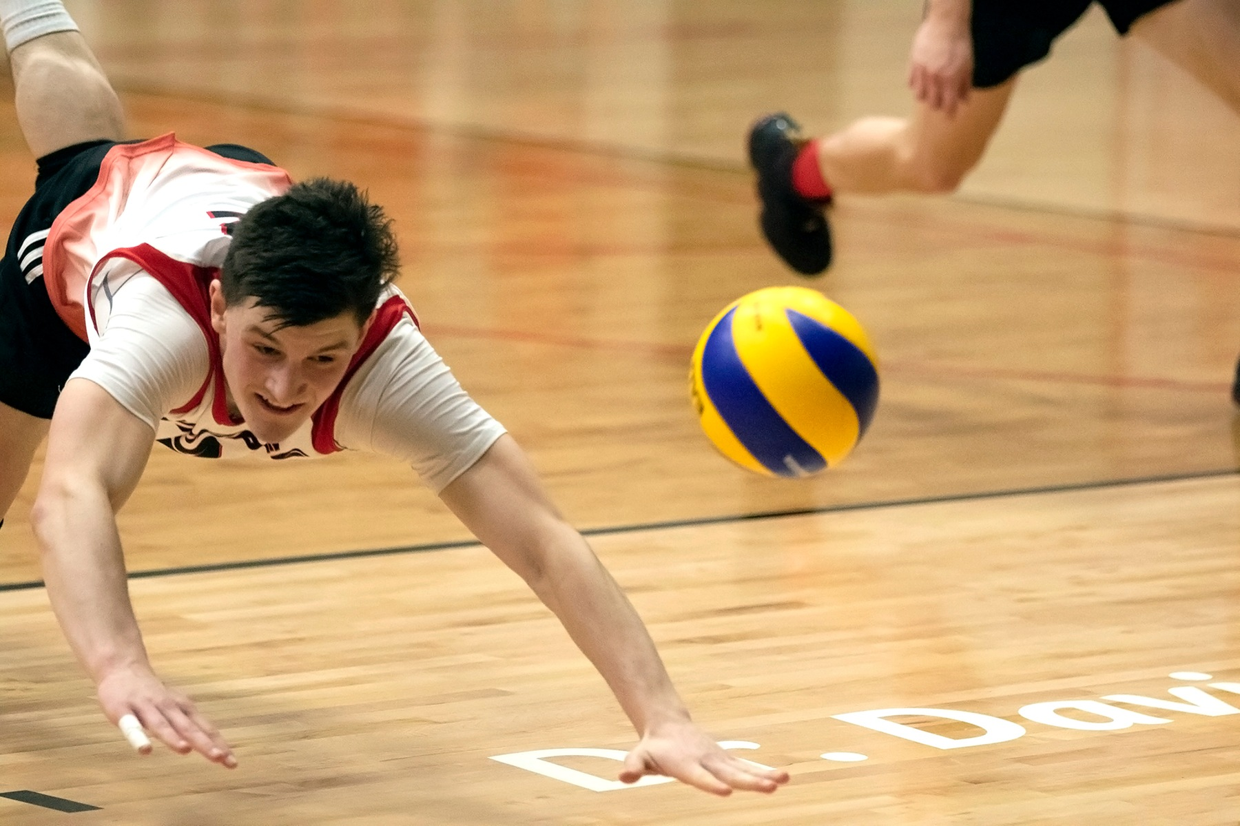 Libero Darian Picklyk dives for a scramble ball during the Winnipeg Wesmen's five-set loss to the Saskatchewan Huskies on Friday, January 4, 2019. (Shanlee McLennan/Wesmen Athletics)