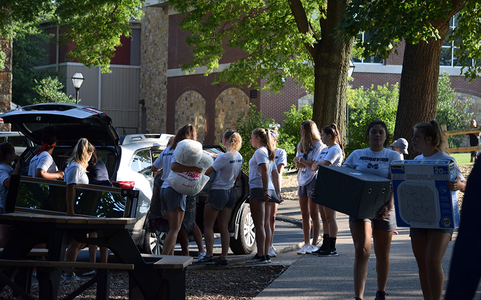 Members of the field hockey team assisting new students from the Class of 2022 as they arrive at Moravian on Freshmen Move In Day.