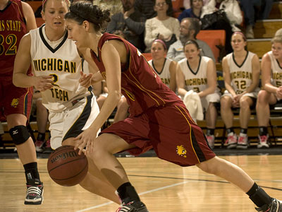 FSU's Kylie Muntz works against MTU's Sarah Stream (Photo courtesy Michigan Tech)