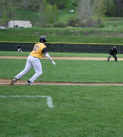 Broomer runner leading off third base