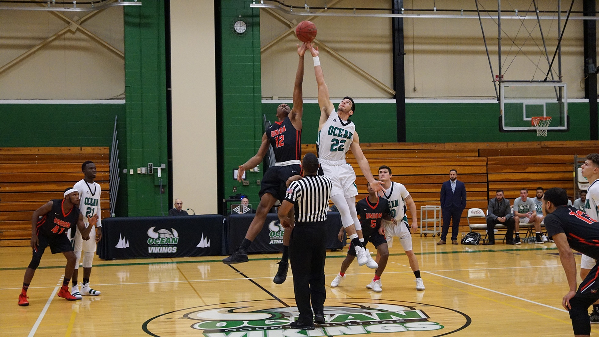 Laing Leads a Thrilling Vikings Win at Sussex, 78-74